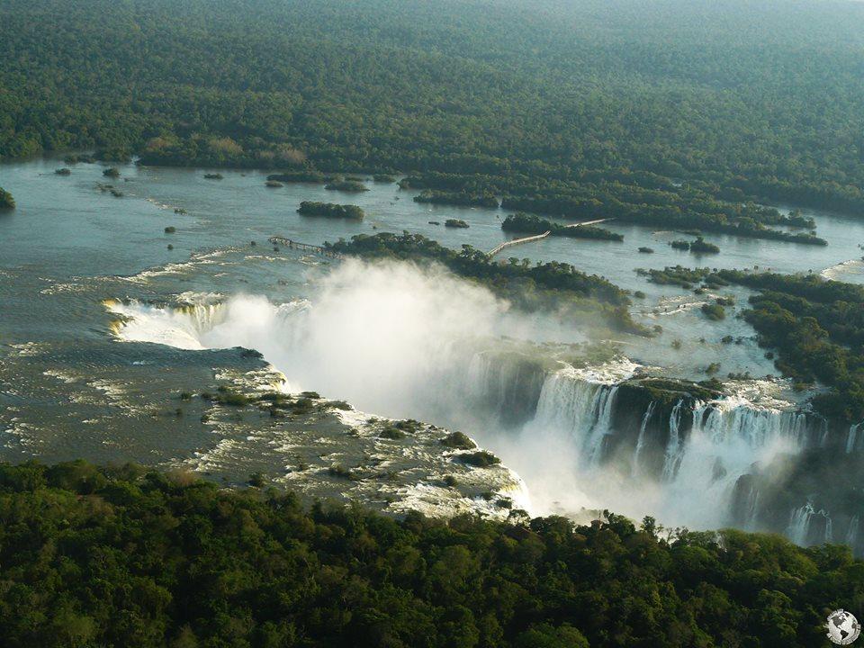 Sobrevolando las cataratas de Iguazú, Brasil