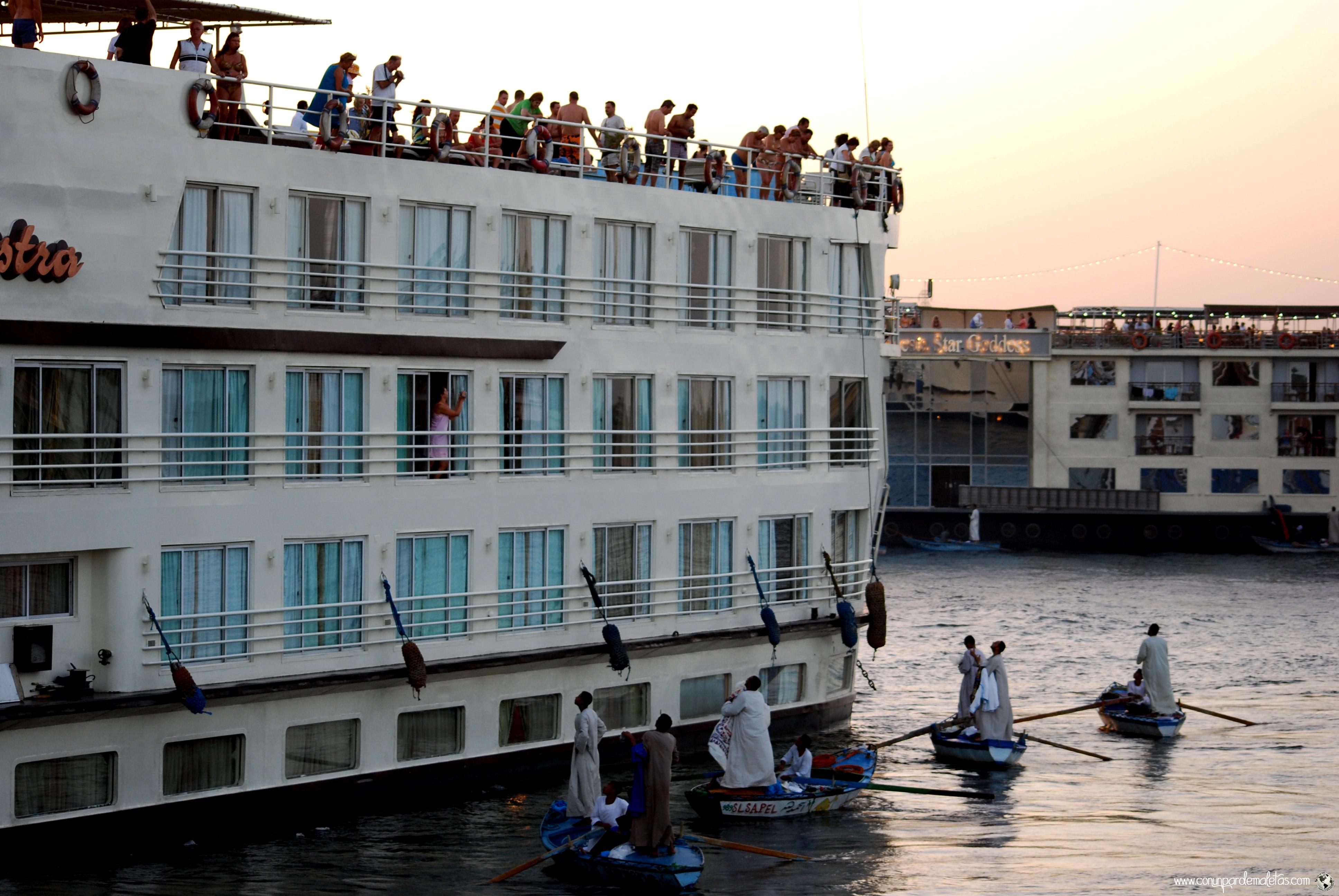 Chilabas en el río Nilo, Egipto